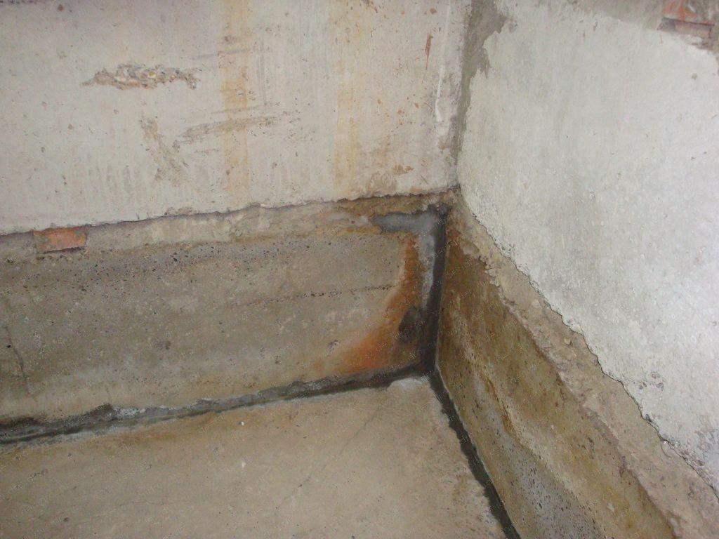 После возведения стен делают бетонное перекрытие.  Его можно сделать из готовой бетонной плиты, либо залить плиту...
