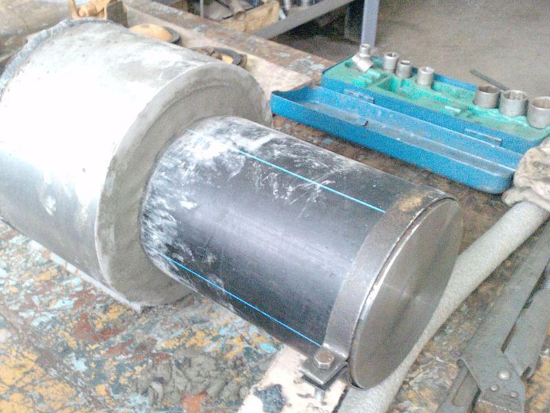 Завершена заделка Дегидролом стыка пластиковой трубы с металлической гильзой для испытания на стенде допустимого давления воды, которое выдержат материалы в стыке