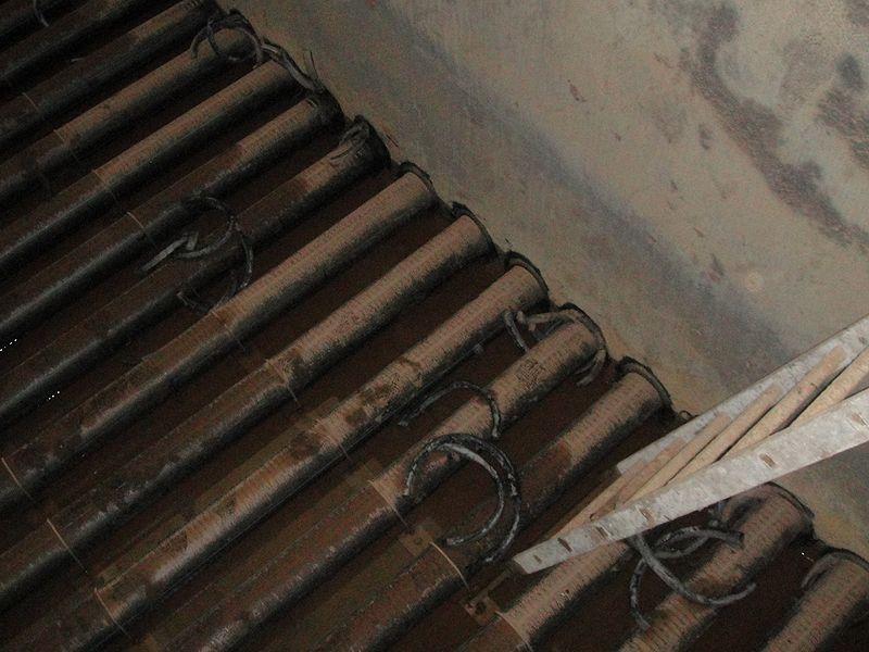 Выдавливает резиновые уплотнители на клеевой основе из стыка пластиковой трубы с металлической гильзой
