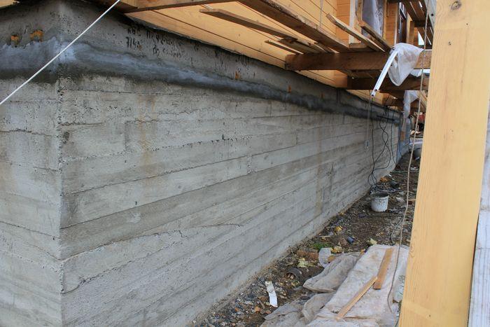 Гидроизоляция стыков, швов и трещин на монолитном бетонном фундаменте