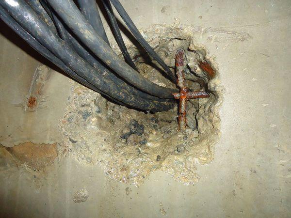 Подготовка выемки для гидроизоляции ввода электрического кабеля через стену
