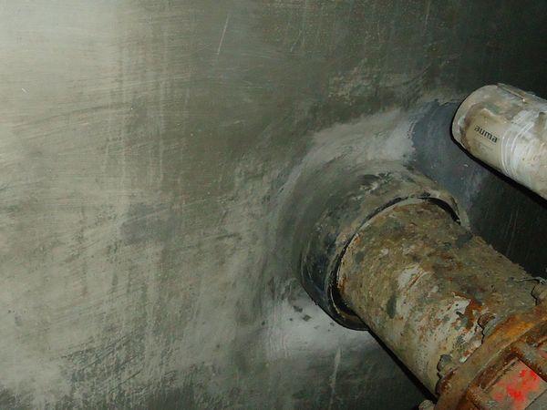 Дегидрол. Выполнена гидроизоляция бетонного колодца, гидроизоляция стыков труб с бетоном, ремонт бетона