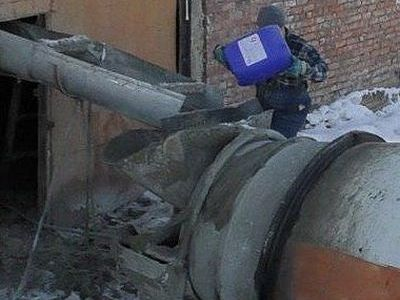 Заливка Бетоноправа люкс марки 6 в миксер бетоновоз перед транспортировкой бетонной смеси на морозе