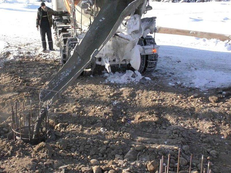 Заливка бетонной смесью с добавкой Бетоноправа 6 скважины под буронабивную сваю на морозе