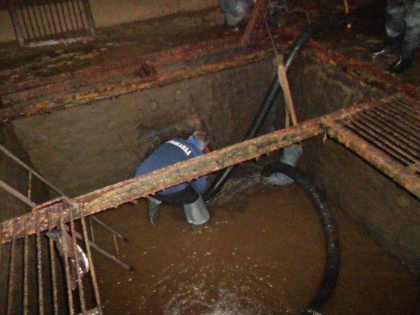 Откачка воды и установка заглушки в сливной трубе приямка РЧВ.